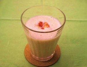 いちごと甘酒の豆乳スムージー
