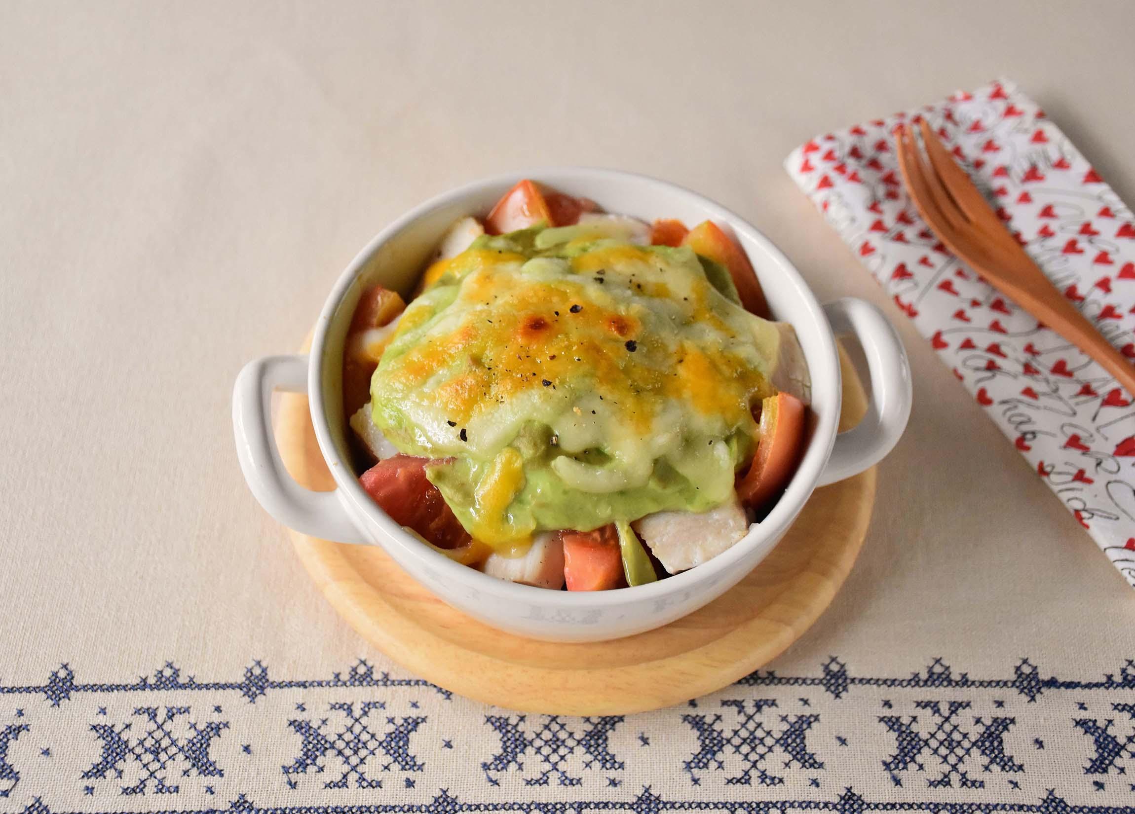 サラダチキンとトマトの<br>豆乳アボカドソースグラタン